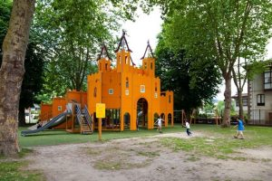 Parque de Santa Clara con columpios medievales para niños en Balmaseda